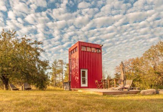 Ярка червена къща за гости в Канада