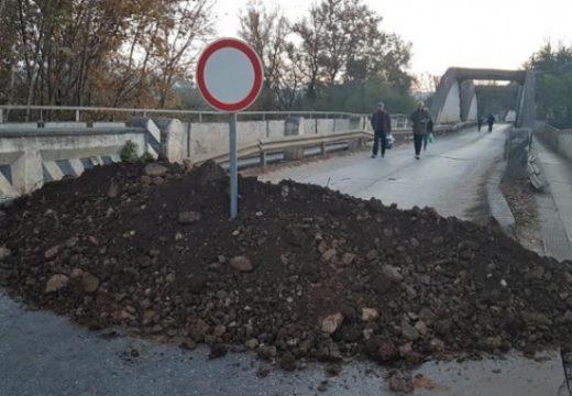 Ремонтиран път блокира достъпа до жилища