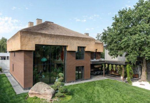 """Невероятният сламен покрив на къщата """"Шкруб"""""""