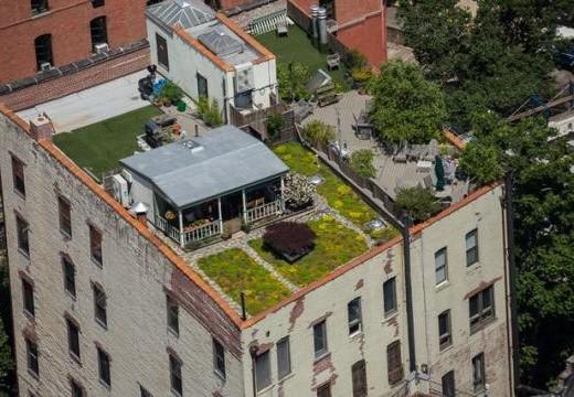 Къща с градина, но на покрива