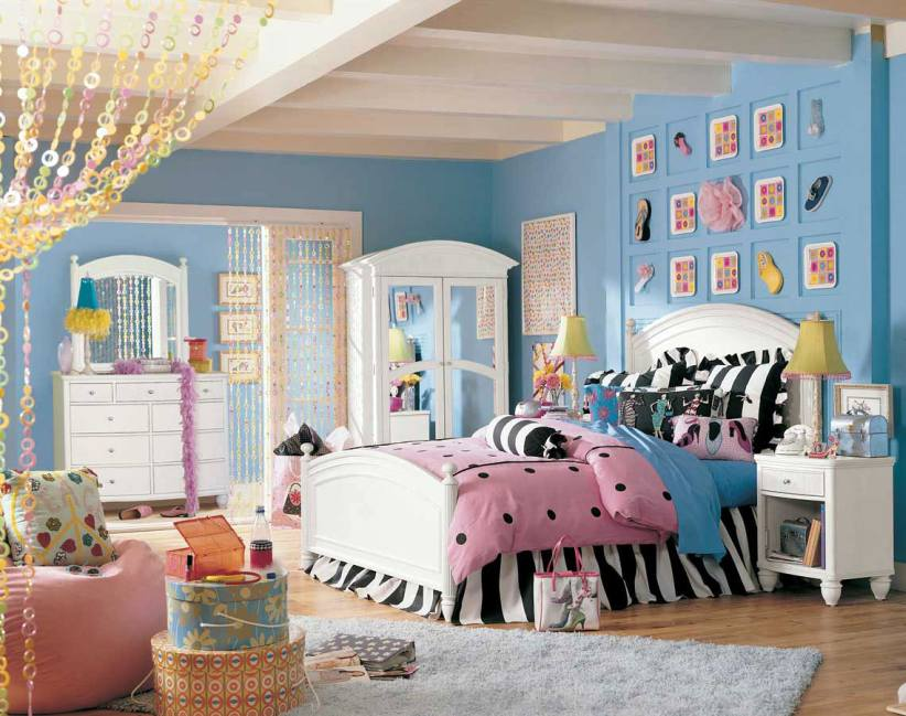 Cheerful-teenage-girl-rooms-ideas-with-blue-wall-color-and-some-decorations-mounted-on-the-wall-with-cheerful-colors-make-the-room-beautiful-and-comfortable