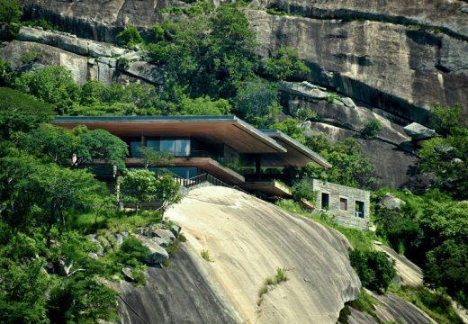 Спиращ дъха дом на ръба на скалата