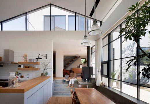 Модерен дом сливащ се с природата