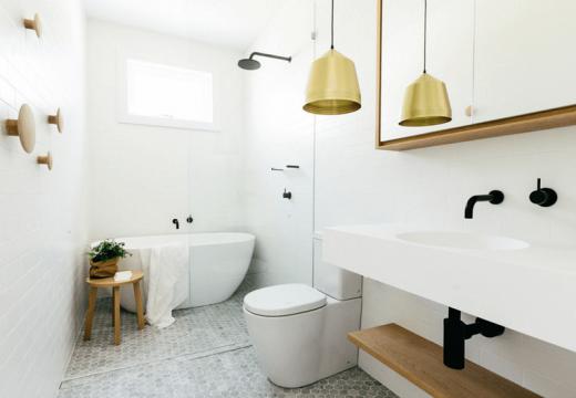 Златни детайли – новата мода за банята