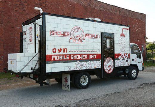 Мъж превърна камион в баня за бездомници