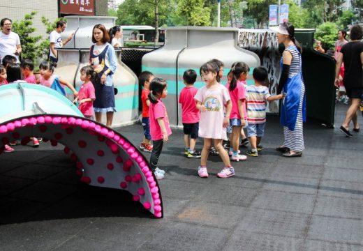 Правят детски площадки от боклуци