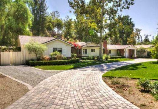 Drake купи имението на своя съсед