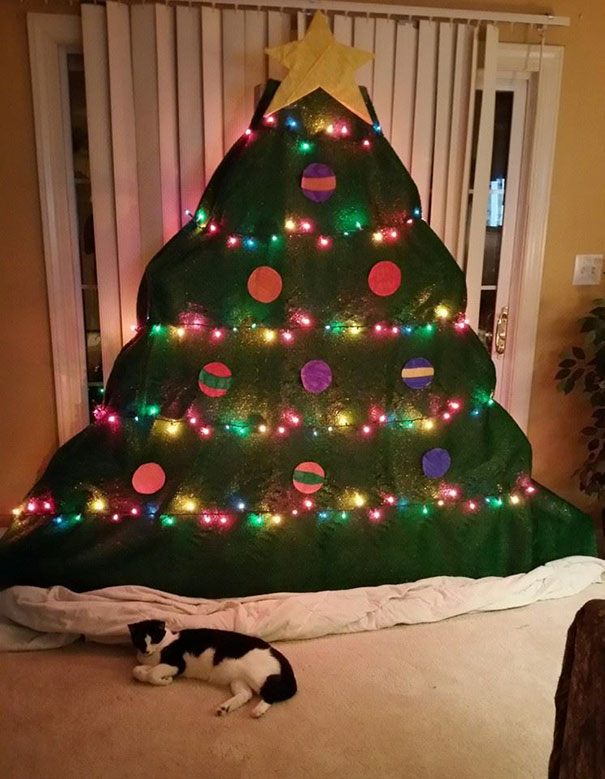 protecting-christmas-tree-from-dogs-cats-pets-32-585a8e58aab9d__605