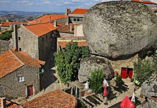 Къщите в португалски град са вклинени между местните морени