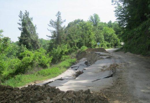Пропадна пътят за село Леденик
