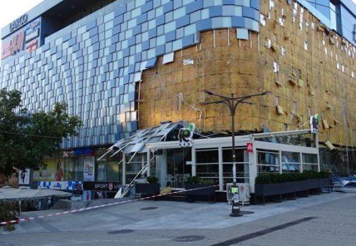 Фасадата на мол се разхвърча от силния вятър