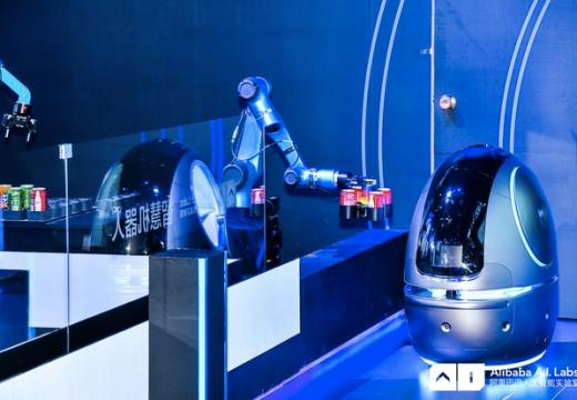 В хотел Alibaba роботи носят кърпи и бъркат коктейли