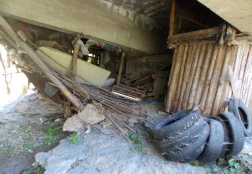 АПИ: Битови и строителни отпадъци под мостовете, отглеждат крави и кокошки (снимки)