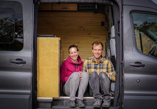 Двойка живее щастливо в микробус (снимки)