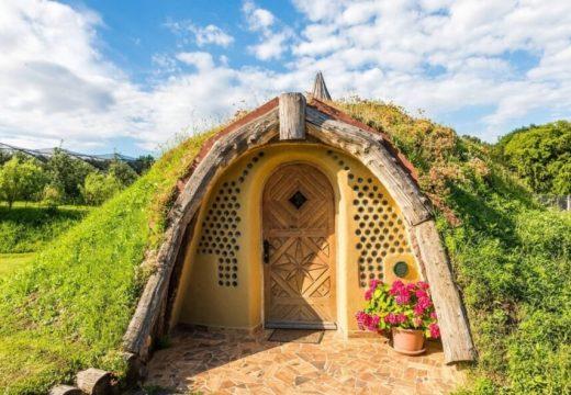 Мъж си построи хобитова къщичка с естествени материали