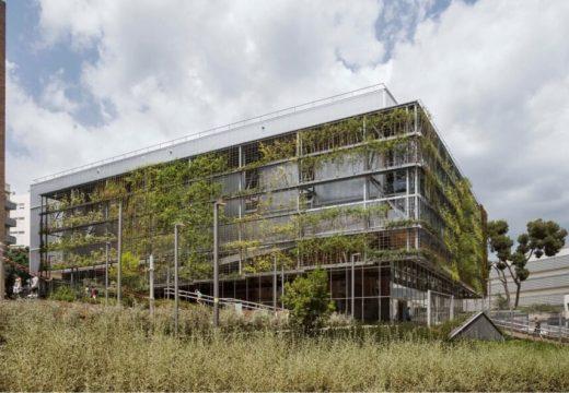 Спортен център в Барселона е със зелена фасада