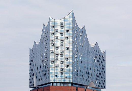Сложната извита фасада на концертната зала в Хамбург