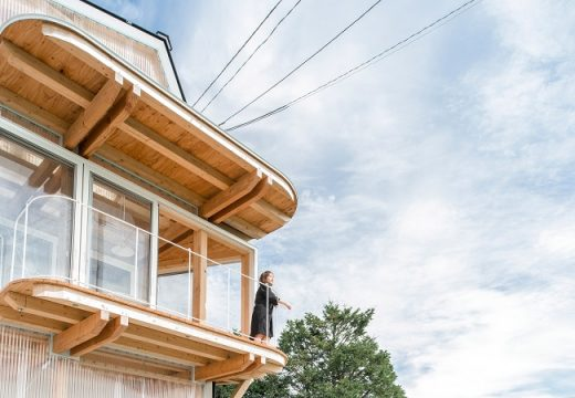 Асиметрична къща е с прозрачна фасада