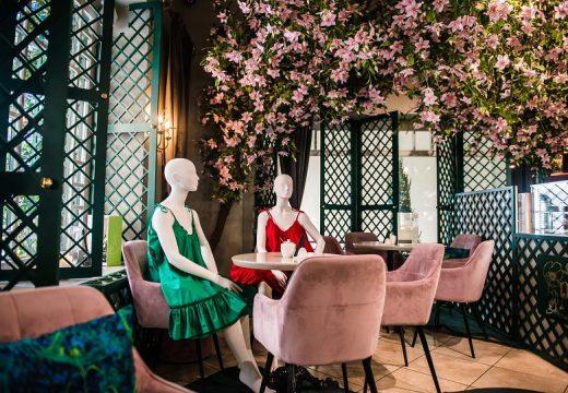 Ресторанти във Вилнюс използват манекени, за да насърчат социалното дистанциране