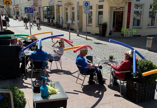 Кафене в Германия раздаде на клиентите си шапки с макарони за плуване, за да ги държи на социална дистанция