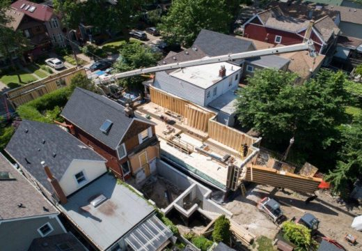 Архитекти побраха 2 енергийно ефективни жилища на парцел от едва 7,5 м