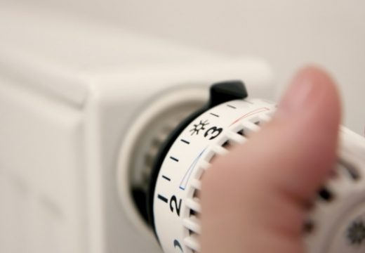 КЕВР обсъжда новите цени на тока и топлата вода от 1-ви юли