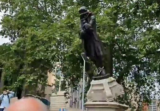 Протестиращи против расизма рушат статуи в Европа и САЩ
