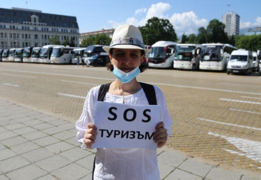 Туроператори и туристически агенти излязоха на протест пред МС