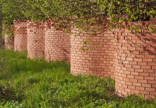 Защо за вълнообразните огради са нужни по-малко тухли, отколкото за стандартните?