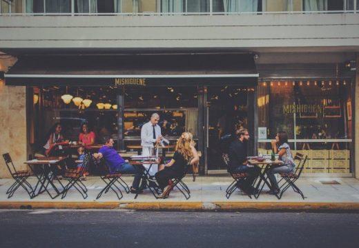Ресторантьорите настояват сервитьорите да са без маски на открито