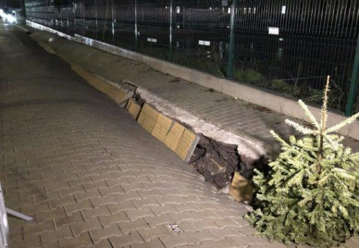 Пропадна новият тротоар при една от станциите на линия №3 на метрото