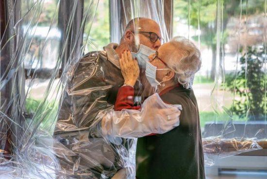 """Мобилна """"стая за прегръдки"""" среща възрастни италианци с близките им"""