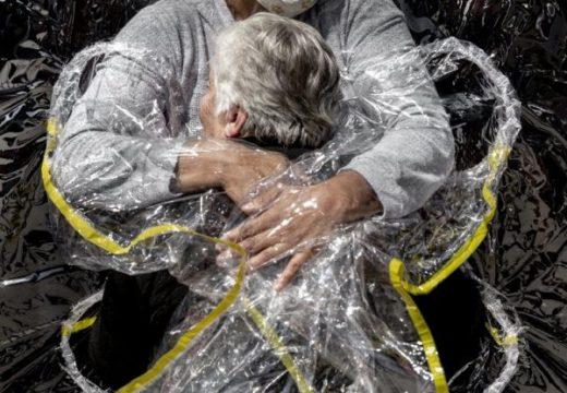 """""""Прегръдка по време на пандемия"""" е снимка на годината"""