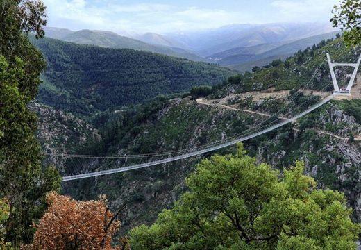 Отвориха най-дългия висящ пешеходен мост в света